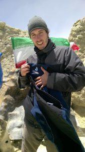 Adam v Íránu dosáhl vrcholu 5600 mnm a vyfotil se s lužáneckou vestou, přestože mu v tu chvíli bylo kvůli nedostatku kyslíku na zvracení